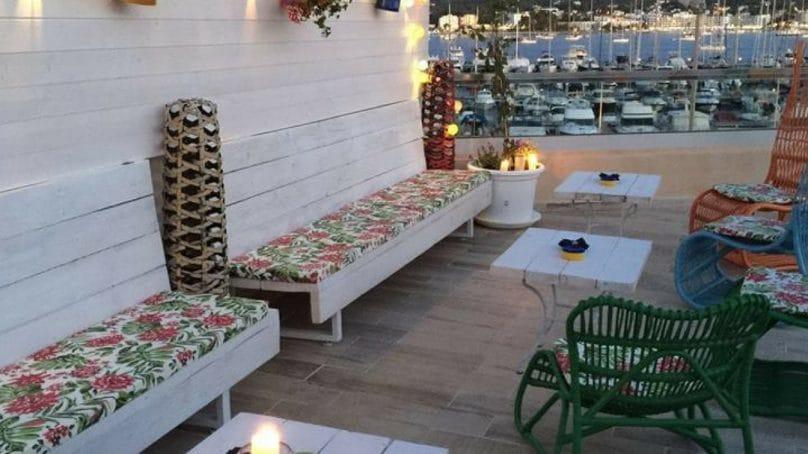 Ibiza restaurant met uitzicht op de haven